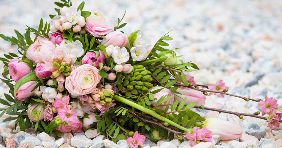 choosing wedding bouquet and flowers